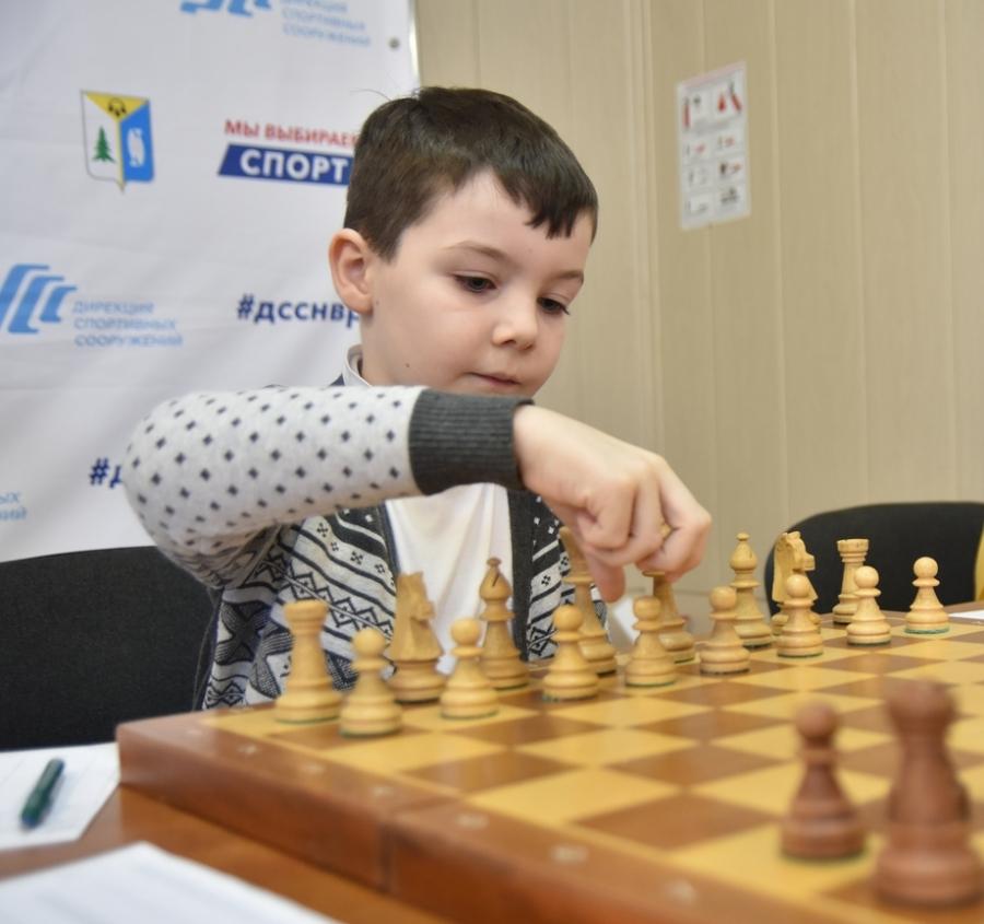 За столами - юные шахматисты