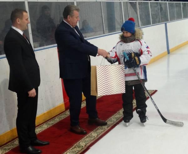 Мэр вручил подарки хоккеистам